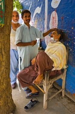 PK02040 Outdoor barber, Multan, Punjab Province, Pakistan