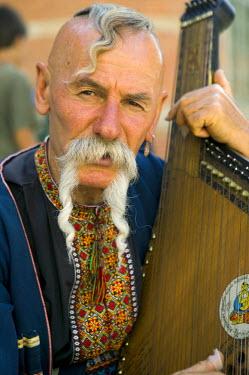 PL03026 Ukranian folk musician, Gdansk, Poland