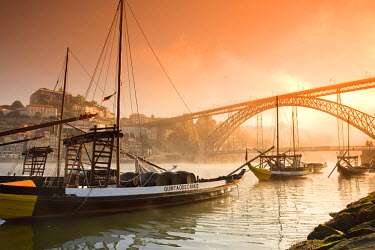 PT02082 Porto Wine Carrying Barcos (Barges), River Douro and city skyline, Porto (UNESCO World Heritage), Portugal