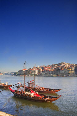 PT02083 Porto Wine Carrying Barcos (Barges), River Douro and city skyline, Porto (UNESCO World Heritage), Portugal
