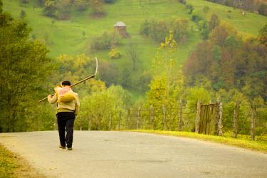 RM01196 Romania, Maramures, farmer on road