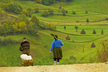 RM01201 Romania, Maramures, villagers in countryside