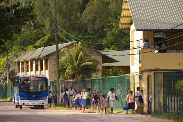 SC01065 Seychelles, Mahe Island, Anse Royale, start of the school day (NR)
