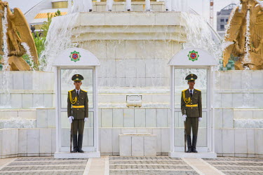 TR01005 Turkmenistan, Ashgabat, (Ashkhabad), Berzengi, Independance Park, The monument to the Independence of Turkmenistan, Soldiers guarding Gold statue of Turmenbashi - President Niyazov