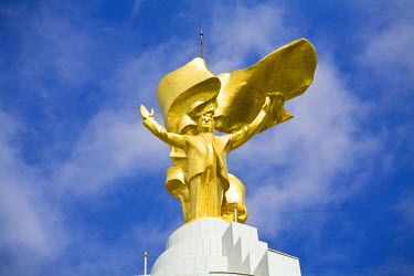 TR01013 Turkmenistan, Ashgabat, (Ashkhabad), Arch of Neutrality with 12m high gold statue of Niyazov which revolves to follow the sun throughout the day