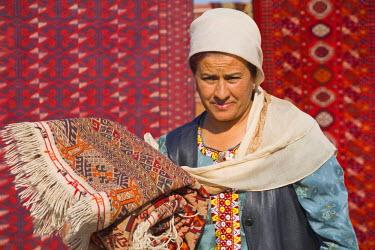 TR01016 Turkmenistan, Ashgabat, (Ashkhabad), Tolkuchka Bazaar, Carpet seller