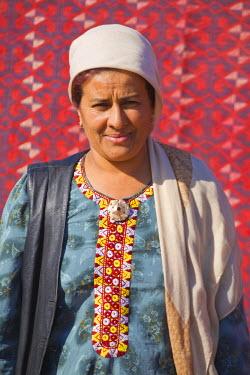 TR01017 Turkmenistan, Ashgabat, (Ashkhabad), Tolkuchka Bazaar, Carpet seller