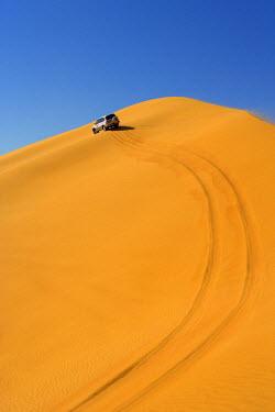 UE01139 4x4 'dune-bashing' safari, Sand Dunes, Arabian Desert, Dubai, United Arab Emirates