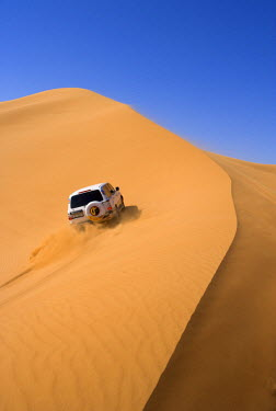 UE01140 4x4 'dune-bashing' safari, Sand Dunes, Arabian Desert, Dubai, United Arab Emirates