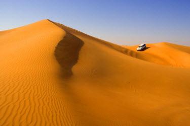 UE01144 4x4 'dune-bashing' safari, Sand Dunes, Arabian Desert, Dubai, United Arab Emirates