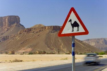 YM01126 Camel warning sign,  Wadi Hadhramawt, Yemen