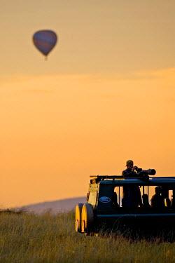 AF21_JRE0004_M Hot air balloons flying over the Maasai Mara Kenya,as photagraphers looking on.
