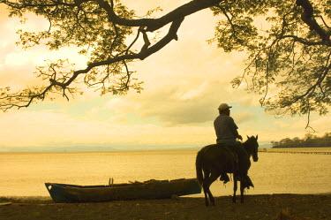 NI01048 Nicaragua, Isla de Ometepe, Lake Nicaragua, Sunset