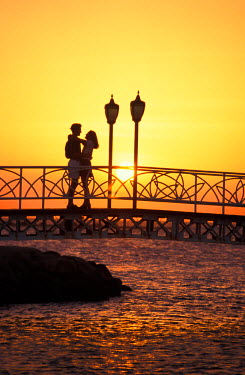 CA04_SPI0036_M Caribbean, Aruba, Romantic couple silhouetted by the sunset