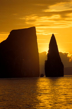 SA07_JSG0215_M Ecuador, Galapagos Islands, San Cristobal Island. Kicker Rock AKA Leon Dormido.