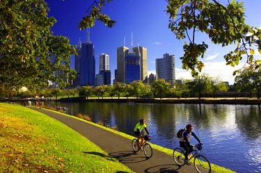 AU01_DWA0964_M Cyclists, Yarra River and CBD, Melbourne, Victoria, Australia