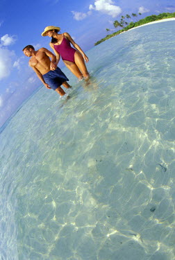 AS24_MWE0028_M Indian Ocean, Maldives, Couple, age 25-30, on beautiful island beach; fisheye lens;  (MR)