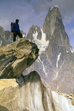 AS28_GJE0050_M Pakistan, Baltoro. Baltoro Muztagh Range, Uli Biaho Spire and hiker