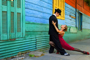SA01_BJA0003_M Argentina, Buenos Aires, La Boca. Couple showing one of many tango dance positions. (MR)