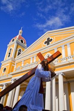 NI01158 Nicaragua, Granada, Park Colon, Park Central, Cathedral de Granada, Pre Semana Santa procession