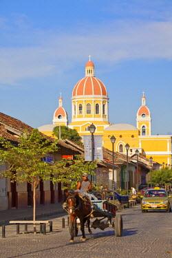NI01167 Nicaragua, Granada, Calle La Calzada and  Cathedral de Granada