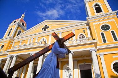 NI01159 Nicaragua, Granada, Park Colon, Park Central, Cathedral de Granada, Pre Semana Santa procession