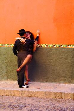 SA13_BJA0040_M Tango Dancers in streets of San Miguel de Allende, Mexico