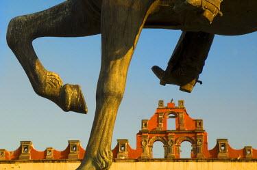 SA13_BJA0017_M Mexico, San Miguel de Allende, Horse statue framing building