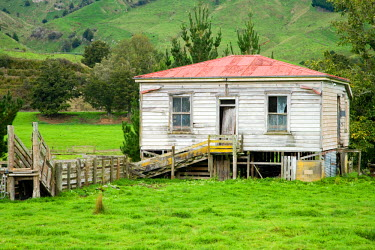 AU02_DWA2263_M Derelict House near Taumarunui, King Country, North Island, New Zealand