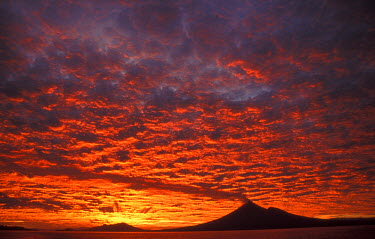OC12_MWE0296_M Papua New Guinea, West New Britain, Ulauan (Father's) Volcano at sunrise
