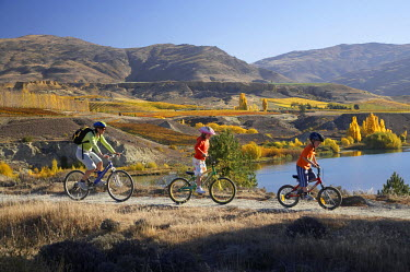 Mountain Bikers, Lake Dunstan and Autumn Colours, Bannockburn, Central Otago, South Island, New Zealand