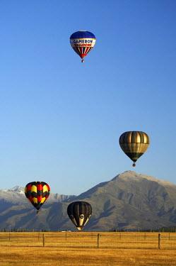 AU02_DWA4662_M Hot Air Balloon and Mountains near Wanaka, South Island, New Zealand