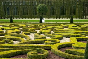 EU20_CMI0562_M The Netherlands (aka Holland), Apeldoorn outside of Arnhem. Historic 17th century National Museum Paleis Het Loo (aka Het Loo Palace), former home of the Orange-Nassaus. Queen's Garden.