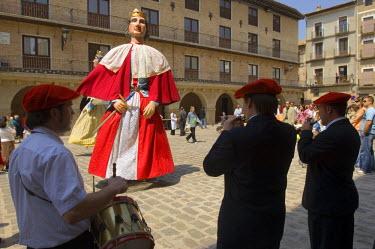 EU27_JMI0061_M large portable man-carried statue at Fiestas de la Juventud in the central plaza of Puente de Reine village, Navarra, Spain. (MR)