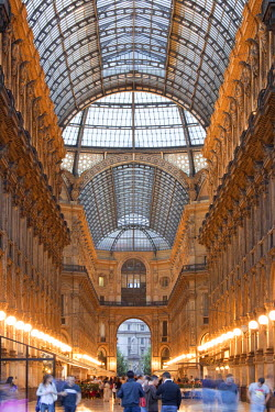 IT07099 Italy, Lombardy, Milan, Galleria Vittorio Emanuele II, shopping arcade, interior, evening