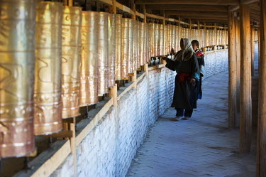 China, Qinghai Province, Tongren, Wutun si temple at Gomar Lamasery, pilgrims spinning prayer wheels