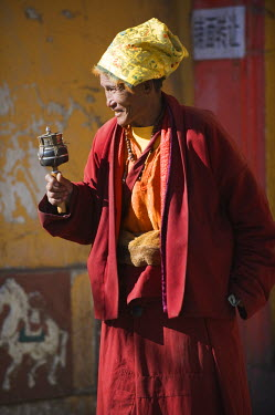 CH8987 China, Sichuan Province, Zoige town, Tibetan monk with prayer wheel
