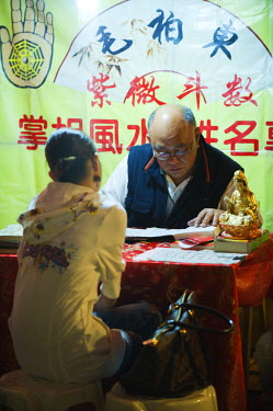 China, Hong Kong, Kowloon, Yau Ma Tei district, Temple Street Night Market Fortune Teller