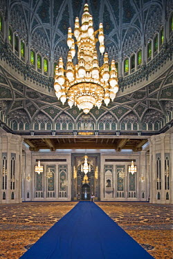 OMA2254 Oman, Masqat, Muscat, Ghubrah. The world's largest Swarovski Cyrstal chandelier in the main prayer hall of the Sultan Qaboos Grand Mosque.