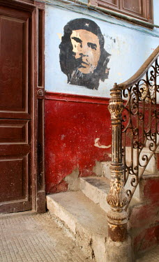 CUB1356AW Che Guevara mural in the old building/ entrance to La Guarida restaurant, Havana, Cuba, Caribbean