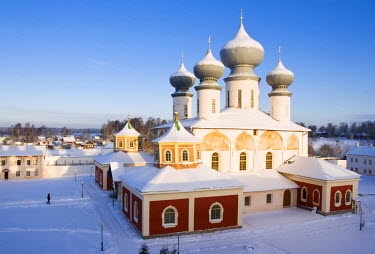 RUS1278AW Uspensky Cathedral with the old part of Tikhvin town in winter, Bogorodichno-Uspenskij Monastery, Leningrad region, Russia