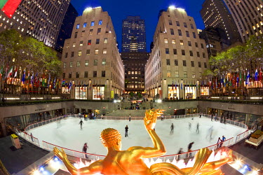 US010700 USA, New York City, Manhattan, Ice Skating Rink below the Rockefeller Center, Fifth Avenue