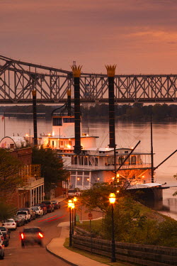US36066 USA, Mississippi, Natchez, Natchez Under the Hill, former red-light area, with Isle of Capri Casino riverboat