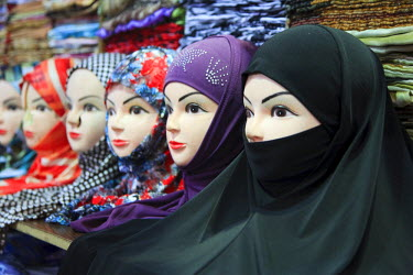 SY01073 Syria, Damascus, Old Town, Souq al-Hamidiyya, mannequins with assortment of Muslim headdresses for sale