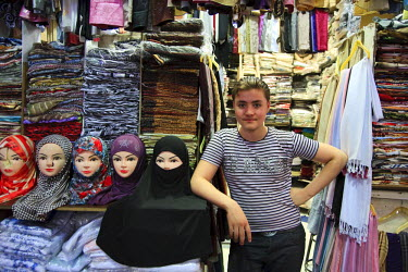 SY01072 Syria, Damascus, Old Town, Souq al-Hamidiyya, mannequins with assortment of Muslim headdresses for sale