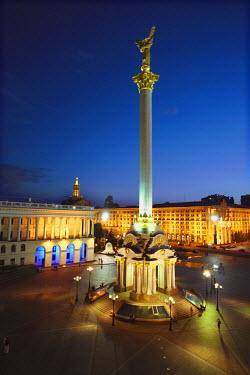 UKR1098AW Monument to Berehynia in Independence Square (Maydan Nezalezhnosti), KIev, Ukraine