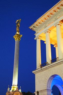 UKR1095AW Monument to Berehynia in Independence Square (Maydan Nezalezhnosti) at dusk, KIev, Ukraine