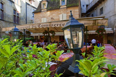 FRA6665AW A cafe in Sarlat France