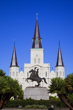US37098 USA, Louisiana, New Orleans, French Quarter, Jackson Square, St. Louis Cathedral and Andrew Jackson statue