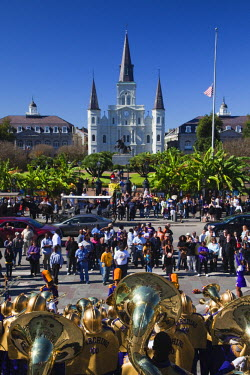 US37112 USA, Louisiana, New Orleans, French Quarter, Jackson Square, St. Louis Cathedral, marching band